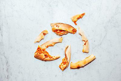 Angeknabberte Pizza-Reste - p432m1332770 von mia takahara