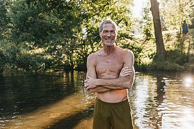 Reifer Mann in Badekleidung am Flussufer - p586m1171931 von Kniel Synnatzschke