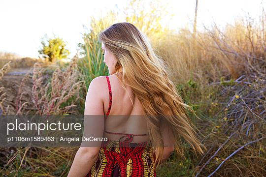Blondes Mädchen im Sommerkleid - p1106m1589463 von Angela DeCenzo
