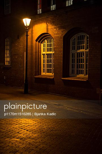 Straßenlampe bei Nacht - p1170m1516285 von Bjanka Kadic