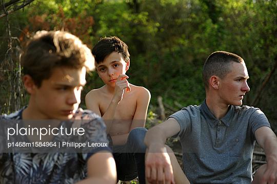Drei Jugendliche am Waldrand - p1468m1584964 von Philippe Leroux