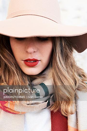 Portrait of a stylish woman wearing a floppy hat - p300m2103845 by Ivan Gener