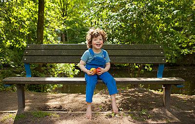 glücklicher Junge mit zwei Äpfeln in der Hand - p045m1441005 von Jasmin Sander