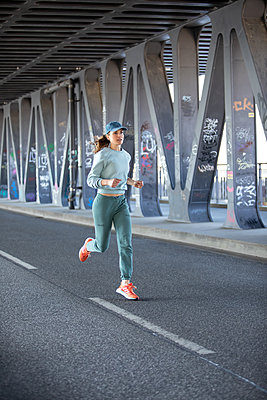 Woman jogging in Hamburg - p1678m2262290 by vey Fotoproduction
