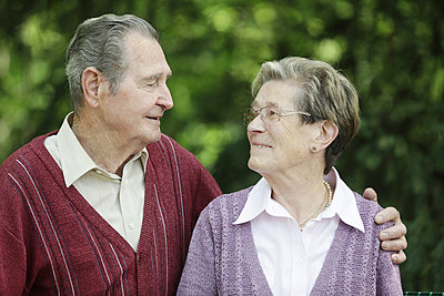 Germany, Cologne, Senior couple looking at each other in park - p300m2207224 by Jan Tepass