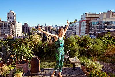 Junge Frau auf Dachterrasse - p432m1181444 von mia takahara