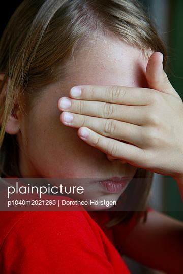 Augen zuhalten - p1040m2021293 von Dorothee Hörstgen