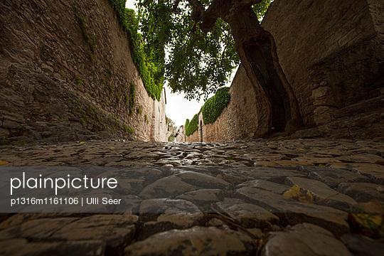 Steingepflasterter Weg, San Vigilio, Gardasee, Verona, Venetien, Italien - p1316m1161106 von Ulli Seer