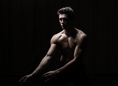 Bare-chested dancer practises free dance - p1139m2173419 by Julien Benhamou