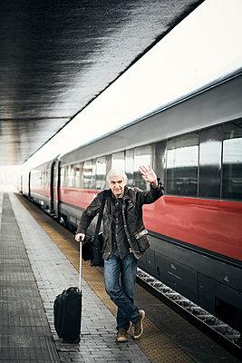 Mann Koffer Bahnsteig Zug - p1312m2020086 von Axel Killian