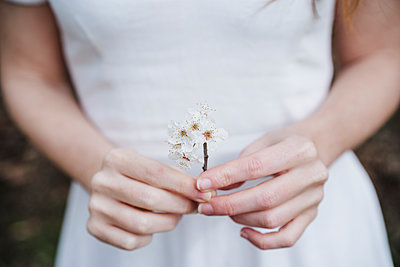 Woman holding white flowers - p300m2274019 by Eva Blanco