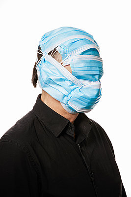 A man's face covered with surgical masks - p930m2253772 by Ignatio Bravo