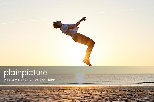 Akrobat am Strand - p1124m1589367 von Willing-Holtz