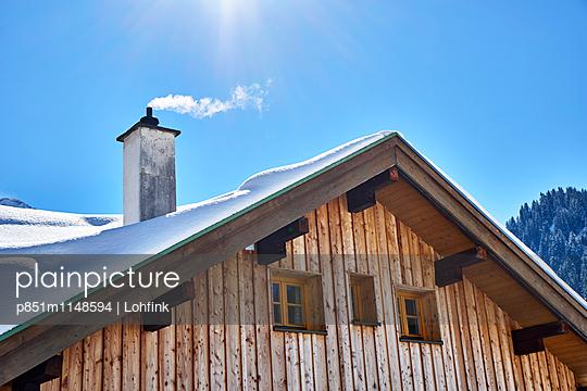 Berghütte im Winter - p851m1148594 von Lohfink