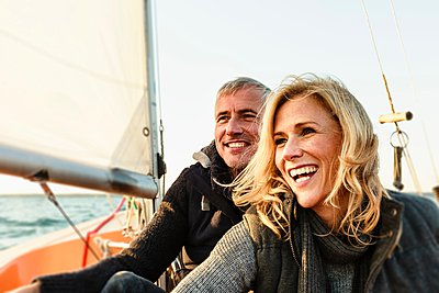 Mature couple on sailing boat, smiling - p429m1084562 by Sporrer/Rupp