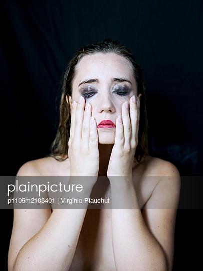 Young woman with tired eyes - p1105m2108401 by Virginie Plauchut