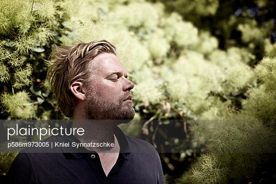 Mann mit geschlossenen Augen - p586m973005 von Kniel Synnatzschke