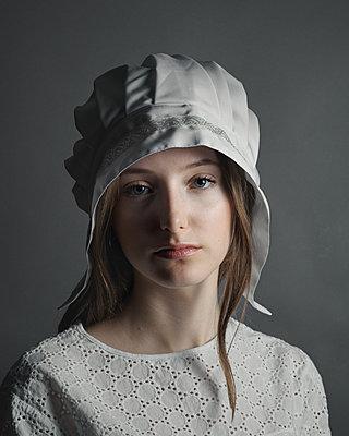 Mädchen in Vintage Outfit - p1376m2110467 von Melanie Haberkorn