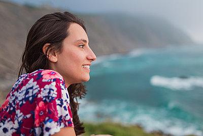 2 friends on a cliff in the Basque Country, Spain - p300m2256606 von SERGIO NIEVAS