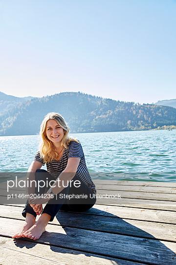 Frau am See - p1146m2044238 von Stephanie Uhlenbrock