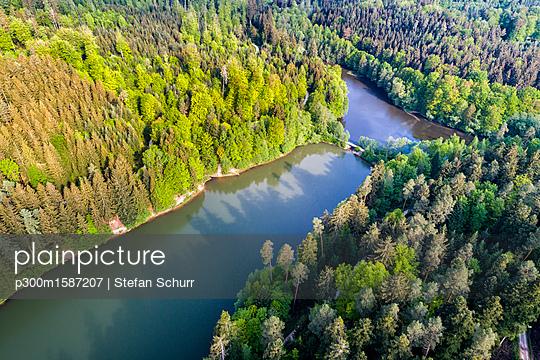 Germany, Baden-Wuerttemberg, Schurwald, Aerial view of Herrenbach reservoir - p300m1587207 von Stefan Schurr