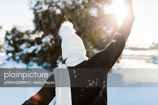 Madrid, Spain. Woman spending time in the snowy countryside in warm clothes. - p300m2286813 von Manu Reyes
