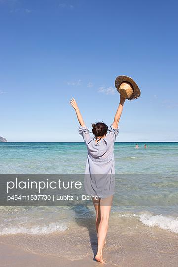 Yay! The sea! - p454m1537730 by Lubitz + Dorner
