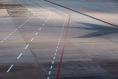 Runway with markings - p628m1476220 by Franco Cozzo