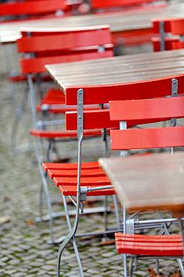 Tische und Stühle - p949m658132 von Frauke Schumann