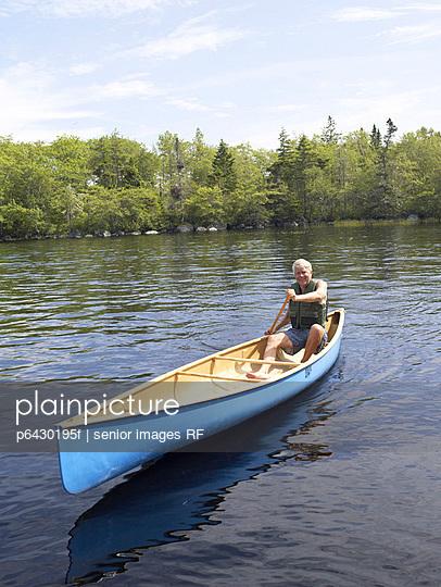 Senior beim Kanu fahren auf einem See  - p6430195f von senior images RF