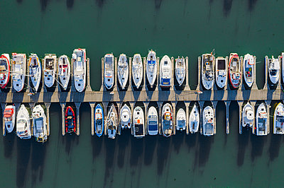 Boats on water moored on pier - p1166m2095962 by Cavan Images