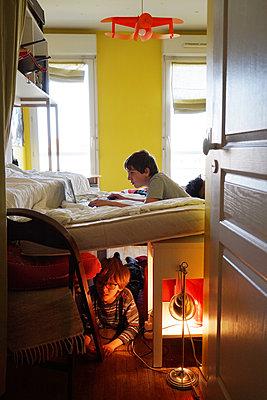 Kids in their room - p1610m2263094 by myriam tirler