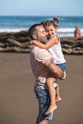 family with 2 children enjoying the beach and cliffs of the Basque country - p300m2257269 von SERGIO NIEVAS