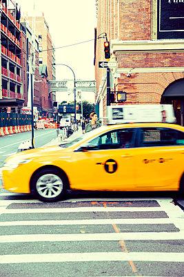 Passantin wartet am Zebrastreifen in New York - p432m1492033 von mia takahara