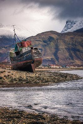 Old boat wreck at Caol with Ben Nevis in the background, Scottish Highlands, Scotland, United Kingdom, Europe - p871m2003527 by Karen Deakin