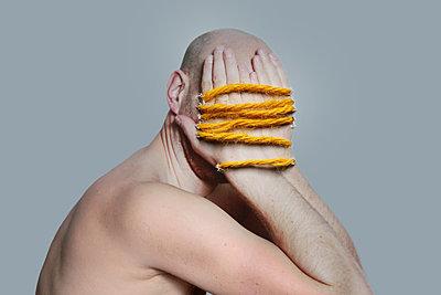 Mann verdeckt sein Gesicht  - p1519m2125752 von Soany Guigand