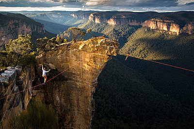 Two highliners in the Blue Mountains, Australia - p343m1166980 by Kamil Sustiak