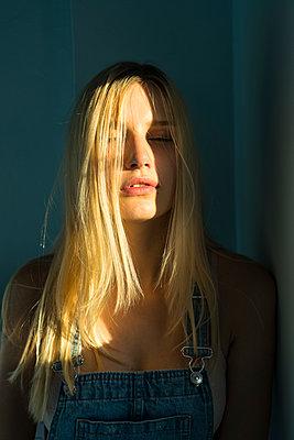 Blonde Frau, Porträt - p427m1591958 von R. Mohr