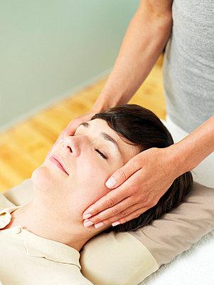 Frau bei der Reiki Behandlung  - p6430307f von senior images RF