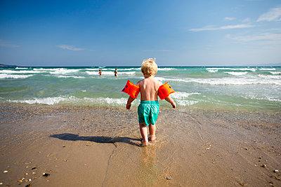 Kind mit Schwimmflügeln - p1386m1476741 von beesch