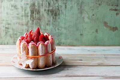 Homemade strawberry cake with ladyfingers - p300m1140518 by Mandy Reschke