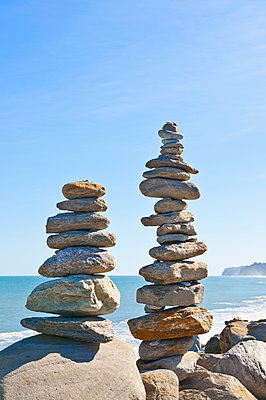 Stacked stones on beach - p555m1452705 by Spaces Images