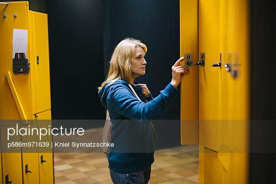 Junge Frau in der Bibliothek - p586m971639 von Kniel Synnatzschke