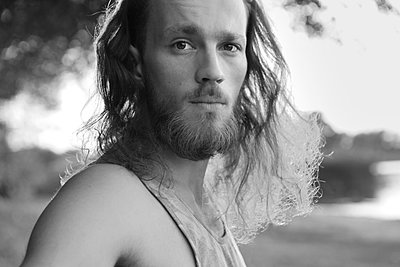 Portrait einer Langhaariger junger mann - p1519m2124744 von Soany Guigand