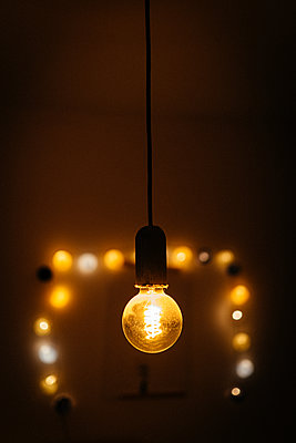 LED-Glühbirne vor Lichterkette - p1549m2222987 von Sam Green
