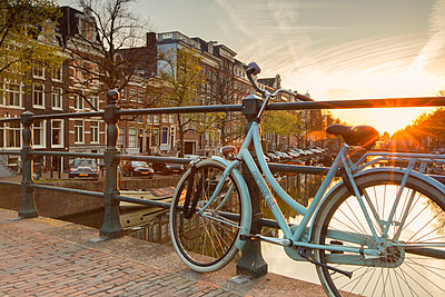 Bicycle on Keizersgracht canal at dawn, Amsterdam, Netherlands - p651m2006627 by Ian Trower