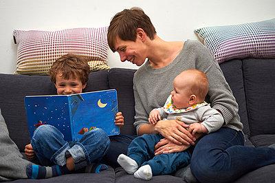 Buch anschauen mit Kindern - p900m1104864 von Michael Moser