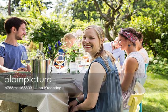 Freunde auf einer Gartenparty - p788m1165303 von Lisa Krechting