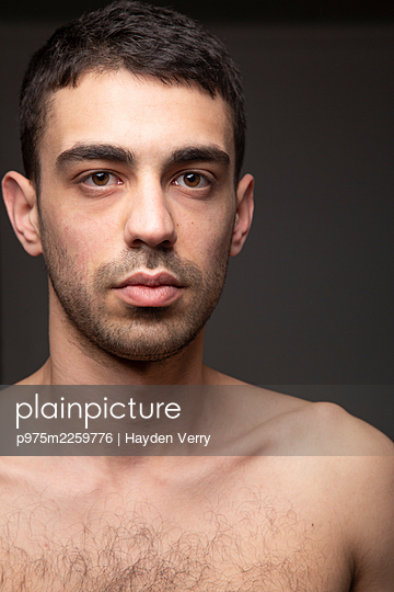 Bare-chested young man, portrait - p975m2259776 by Hayden Verry