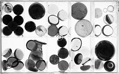 Glaskugeln in einem Kasten - p277m729232 von Dieter Reichelt